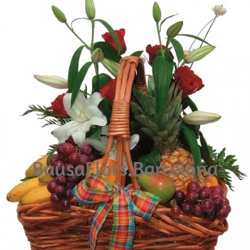 cesta de frutas con flores